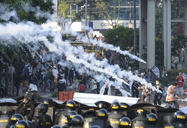 Endonezyalı yetkililer, gösterilerin büyümesini önlemek için başkent Cakarta'ya binlerce polis takviyesi sağladı.