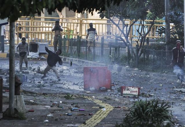 Öğle namazı sonrası Seçim Denetleme Kurumu binasının önünde toplanan eylemcilerden teravih namazı sonrasında dağılması talep edilmişti.