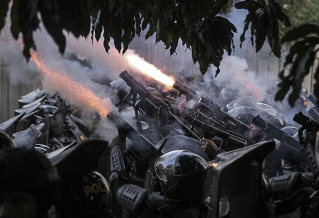 Endonezya polisinin dağılın uyarılarını dikkate almayan göstericiler, polise sopalarla saldırdı. Bazı noktalarda ise molotofkokteyli ve havai fişeklerle polise saldırılar düzenlendi.