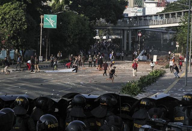 Endonezya'nın başkenti Cakarta'da bazı noktalarda, başkanlığa aday olan Prabowo Subianto'nun seçimleri kaybetmesine itiraz eden eylemciler sokağa döküldü.