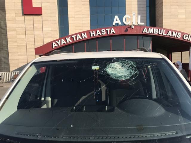 Kahramanmaraş'ta akarsu üzerindeki çardağın çökmesi sonucu işletme sahipleri vatandaşlara saldırdı. Satırlı kavgada üçü çocuk 10 kişi yaralandı.