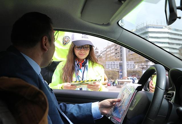 Çocuklar sürücülere trafik kurallarına ilişkin sorular da sordu.