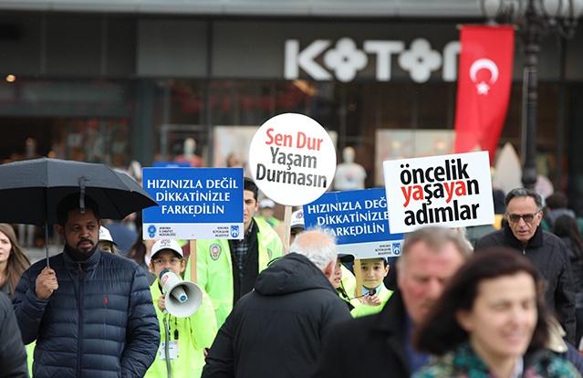 Ankara'da çocuklar, trafik polisi üniforması giyerek Kızılay meydanında denetimde bulundu.