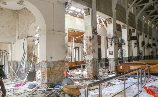 Sri Lanka'da Paskalya ayinlerinin düzenlendiği Kochchikade, Negombo ve Batticaloa'deki kiliseler ile başkent Colombo'da Shangri La, Cinnamon Grand ve Kingsbury otellerinde meydana gelen altı patlamada en az 129 kişi yaşamını yitirdi.