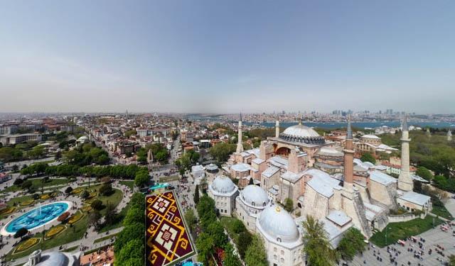 İstanbul'da 570 bin lale kullanılarak hazırlanan dünyanın en büyük canlı lale halısı, Sultanahmet Meydanı'nda vatandaşların ve turistlerin izlenimine sunuldu.