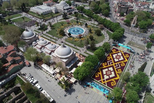 İstanbul Büyükşehir Belediyesi (İBB) tarafından 5. kez hazırlanan lale halısı Sultanahmet Meydanı'ndaki yerini aldı.