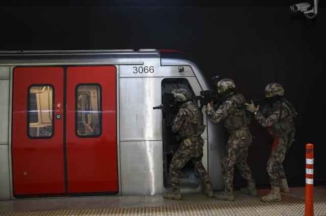 Ekipler, böyle durumlarda teröristlerin dikkatini çekmeden haberleşebilmek için uzmanlardan işaret dili kursu alıyor.