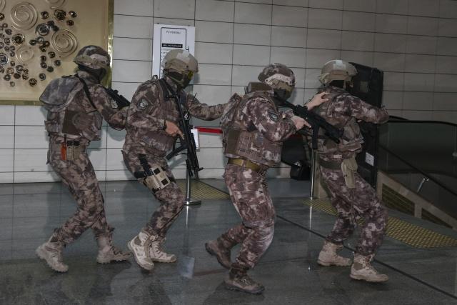 Tatbikatta senaryo gereği metroyu ele geçiren terörist kılığındaki özel harekatçılar, başarıyla etkisiz hale getirildi.