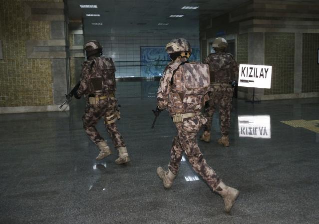 Ankara Emniyet Müdürü Servet Yılmaz'ın talimatı ile Özel Harekat Şube Müdürlüğü ekipleri, Ankara metrosunda rehine kurtarma operasyonu yaptı.