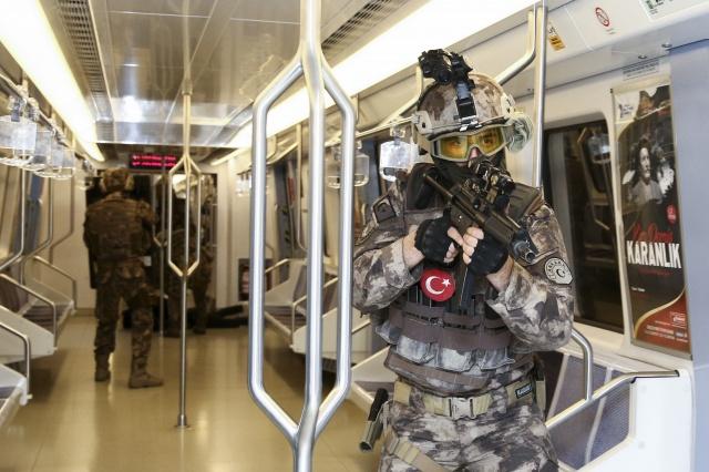 Ankara metrosunda Özel Harekat Şube Müdürlüğü ekipleri, rehine kurtarma tatbikatı yaptı.