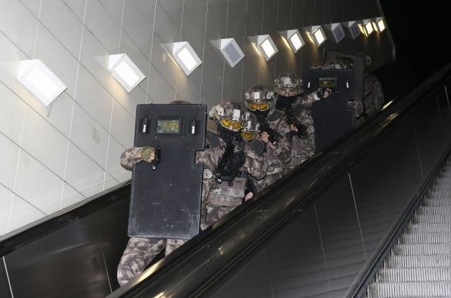 Metroda senaryoya göre bir grup terörist trendeki yolcuları rehin aldı.