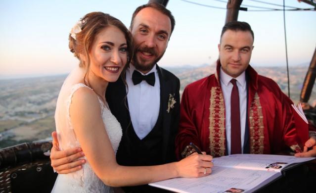 Nilgün Akkaş ve Volkan Yenen çiftinin nikahları, Kapadokya'da sıcak hava balonunda, yerden yaklaşık bin metre yükseklikte kıyıldı.
