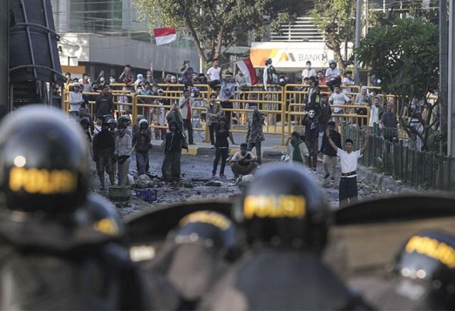 Polis ise göstericilere göz yaşartıcı gaz ile müdahale etti. Olaylarda birçok işi yaralandı, can kaybı olup olmadığı hakkında ise bir açıklama yapılmadı.