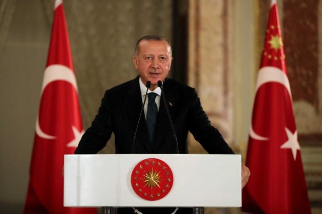 Cumhurbaşkanı Recep Tayyip Erdoğan, Dolmabahçe Sarayı'nda verdiği iftar davetinde sanatçı ve sporcularla bir araya geldi.