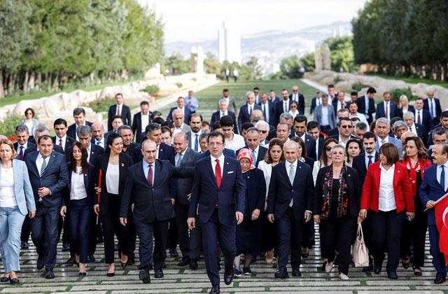 23 Haziran günü yapılan İstanbul Büyükşehir Belediye Başkanlığı Yenileme Seçimi'ni birinci sırada tamamlayan Ekrem İmamoğlu, Anıtkabir'i ziyaret etti.   CHP Ankara İl Başkanı Rıfkı Güvener, İstanbul'un CHP'li ilçe belediye başkanları ve belediye meclis üyeleri de İmamoğlu'nun yanında bulundu.
