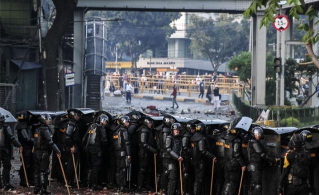 Endonezya'da yapılan devlet başkanlığı seçimleri sonrası, seçimlere itiraz edenlerle güvenlik güçleri arasında çatışma çıktı.