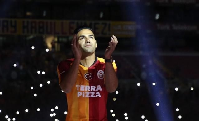 Galatasaray yeni transferleri için Türk Telekom Stadyumu'nda taraftarlara açık imza töreni yaptı.