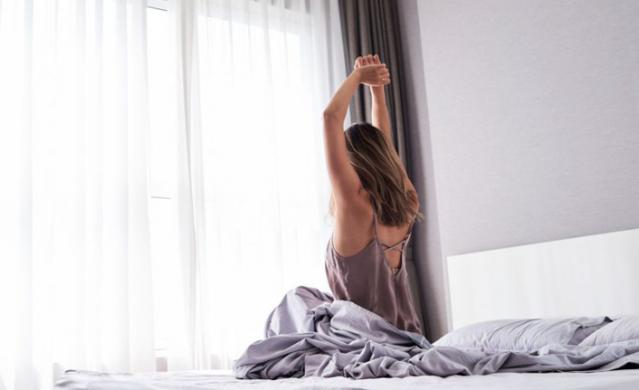 Sıcaklıkların mevsim normallerinin üzerinde seyretmesi ve aşırı nem uyku kalitesini düşürüyor. Sıcak havalarda uyuyabilmenin yollarını arayanlar ise sıcak havada nasıl uyunur sorusunu soruyor. İşte sıcak havalarda uyumak ve rahat bir uyku çekmek isteyenler için birbirinden serin 10 öneri.