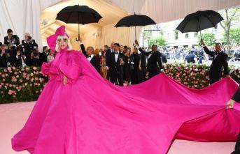 Lady Gaga geceye damgasını vurdu!