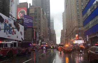 New York'ta gökdelene çarpan helikopter düştü!