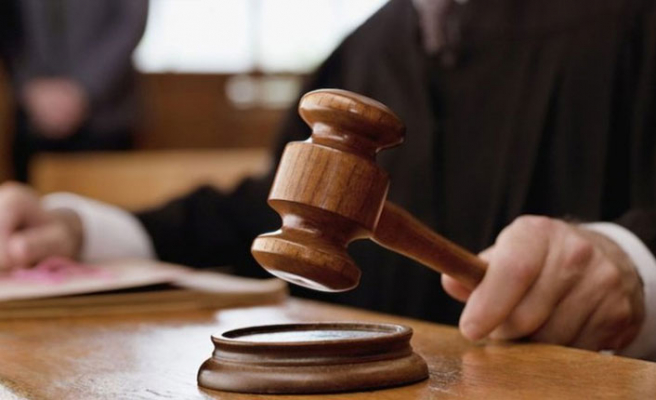 Avukatla hakim arasında 'etek boyu' tartışması