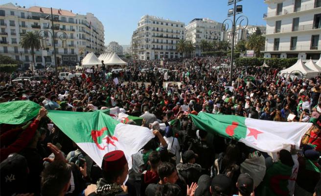 Cezayir'de halk kimi istiyor?