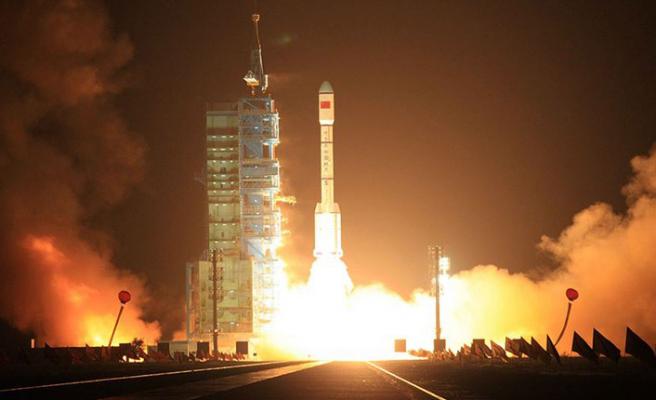 Çin'in uydusu yere çakıldı
