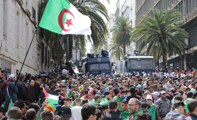 Cezayir'de cumhurbaşkanlığı seçimleri iptal!