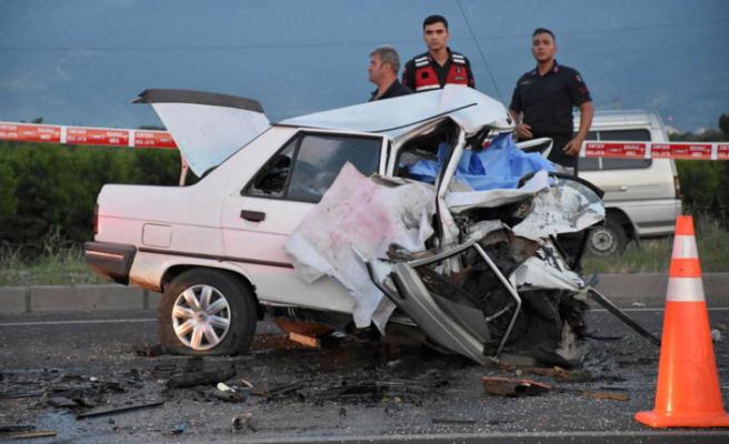 İzmir'de feci kaza: 3 ölü, 1 yaralı!