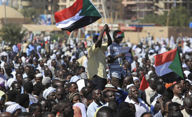 Sudan'da muhalifler grevi askıya aldı