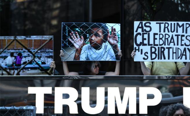 Trump'a doğum gününde protesto sürprizi