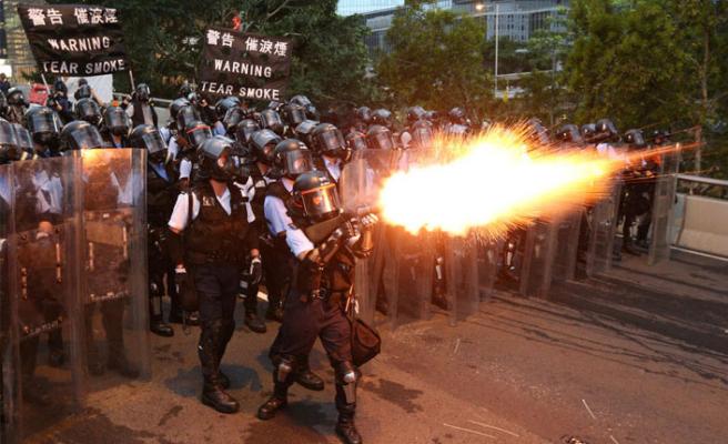 Göstericiler ile polis arasında arbede!