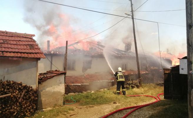 Kastamonu'da yangın! 4 ev alevlere teslim...