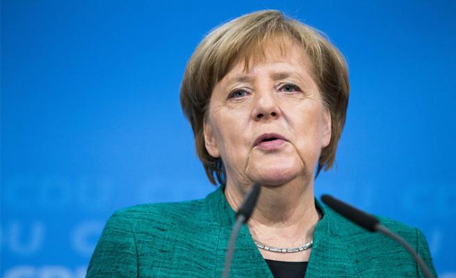 Merkel'den Hitler'e suikast düzenleyenlere övgü