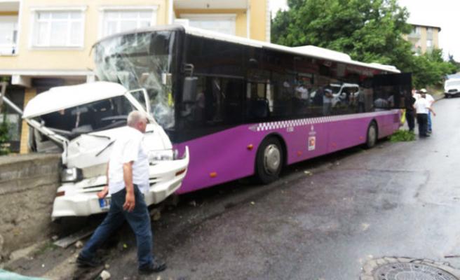 Üsküdar'da feci kaza: Otobüs ve minibüs birbirine girdi