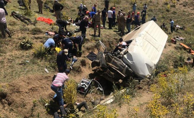 Van'da minibüs devrildi: 14 ölü