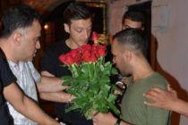 Mesut Özil, çiçekçilerle kavga etti!
