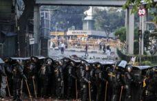 Endonezya'da sokaklar karıştı