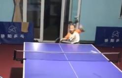 Muhteşem masa tenisi oynayan Çinli kız çocuğu