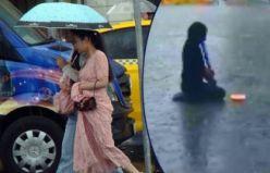 İstanbul'da yağmurda melodika çalan kız