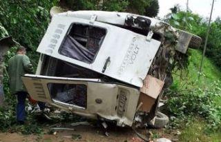 Feci kaza: Yolcu minibüsü dereye devrildi!