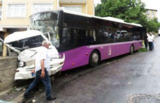 Üsküdar'da feci kaza: Otobüs ve minibüs birbirine...