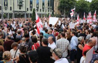 Gürcistan'da protestocular parlamentoyu kuşattı