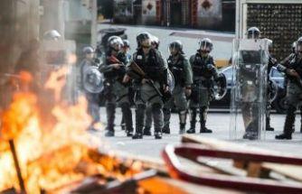 Hong Kong yine karıştı! Bayrak yaktılar