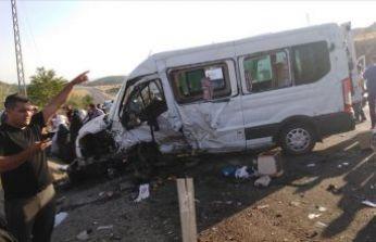 Minibüs ile otomobil çarpıştı: Ölü ve yaralılar var!