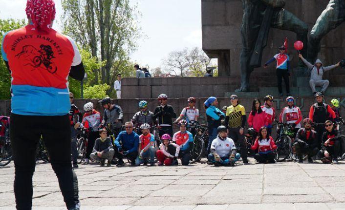 Ankaralı bisikletçiler Anıtkabir'e pedal çevirdi