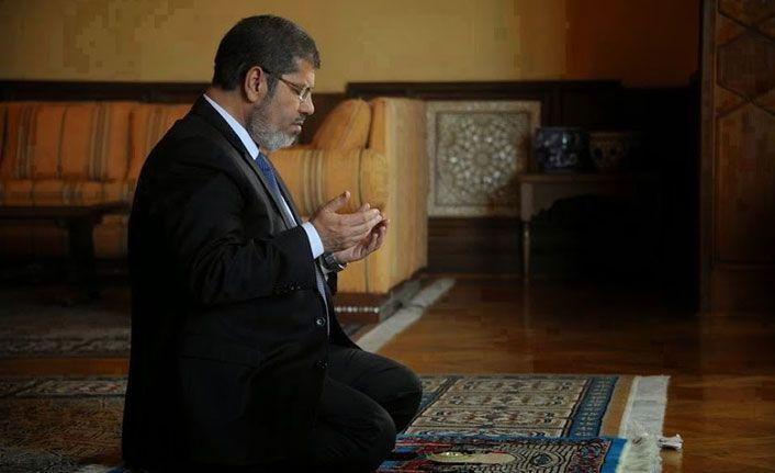 Mursi yere yığılınca ölmesini beklemişler!