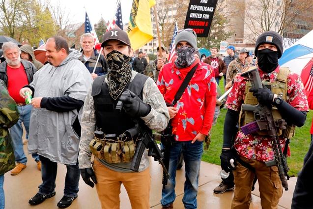 Trump destekçileri silahlarla sokaklara indi!