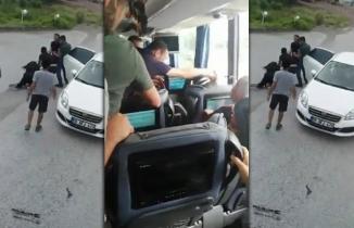 Otobüsün önünü kesip, kadını kaçırdılar